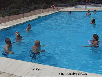 20080824122101-jubilados-piscina-alcaine.jpg